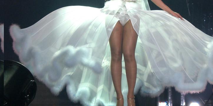 Откровенное свадебное платье Бейонсе на сцене
